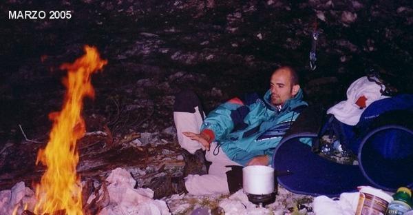 Bivacco in grotta (foto Fausto Durante, 2004)