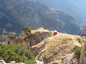 Il Bivacco Sperti si affaccia verso la Valle dell'Ardo (abcdolomiti.com ©)