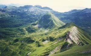 Il Monte Mondo dalla via normale al Monte Brandol. A destra della dorsale si stendono i Piani Eterni.