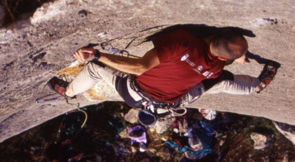 Luca Bridda in arrampicata su Lo Gnomo, falesia di Dvigrad