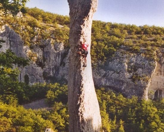 Luca Bridda in arrampicata sull'aguzza torre chiamata Svijeka, nella falesia di Vela Draga, in Istria.