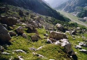 Sotto la parete sud della Marmolada. Escursioni nelle Dolomiti.