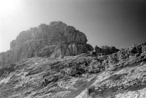 Il Piz di Sagron, con il versante lungo cui si sviluppa la via normale