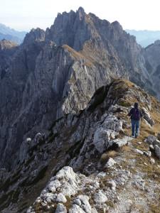 In discesa lungo la cresta del Monte Chiavals, con in vista la cresta dello Zuc dal Bor.
