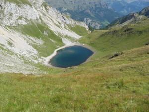 Lungo la salita al Monte Alto d'Auta si incontra un laghetto...